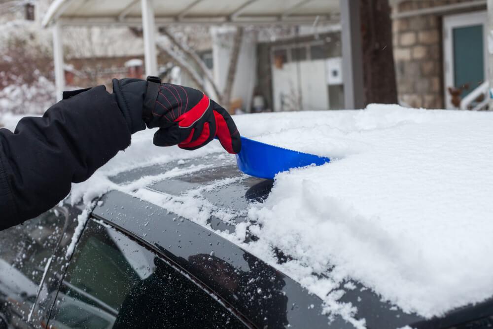 Ne vozite sa snegom na krovu – osim što je nebezbedno i zakonom je kažnjivo